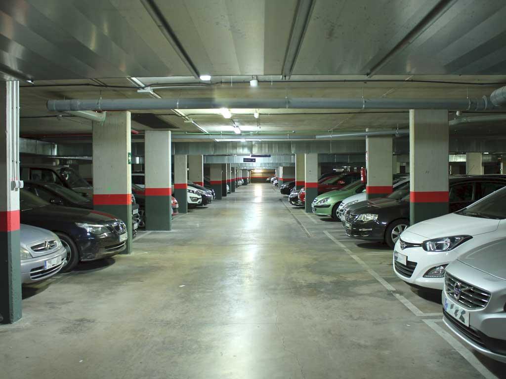 j ai une belle voiture avec location de parking. Black Bedroom Furniture Sets. Home Design Ideas